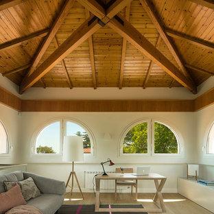 Imagen de despacho mediterráneo, grande, sin chimenea, con paredes blancas, suelo de madera en tonos medios, suelo marrón y escritorio independiente