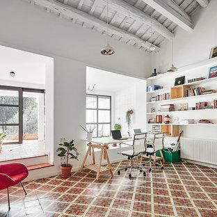 Ispirazione per un grande ufficio nordico con pareti bianche, pavimento con piastrelle in ceramica, nessun camino e scrivania incassata