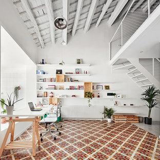 Стильный дизайн: большое рабочее место в скандинавском стиле с белыми стенами, полом из керамической плитки и встроенным рабочим столом без камина - последний тренд