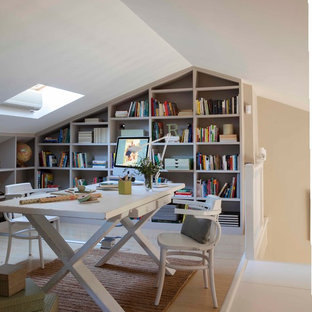 Mittelgroßes Shabby-Look Arbeitszimmer mit Arbeitsplatz, weißer Wandfarbe und freistehendem Schreibtisch in Barcelona