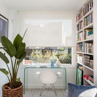 Diseño de despacho actual, pequeño, con paredes blancas, suelo de baldosas de cerámica, escritorio independiente y suelo gris