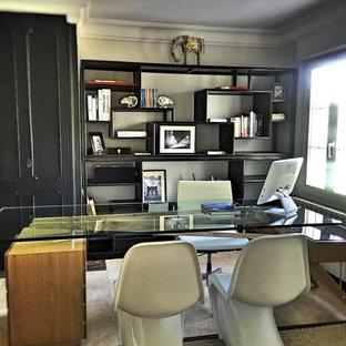 Immagine di un ufficio boho chic di medie dimensioni con pareti grigie, pavimento con piastrelle in ceramica e scrivania autoportante