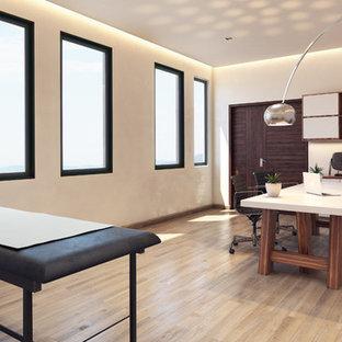 Imagen de despacho moderno, pequeño, con paredes blancas, suelo de baldosas de terracota, escritorio independiente y suelo beige