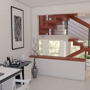 他の地域の中サイズの地中海スタイルのおしゃれなアトリエ・スタジオ (白い壁、磁器タイルの床、自立型机、白い床) の写真