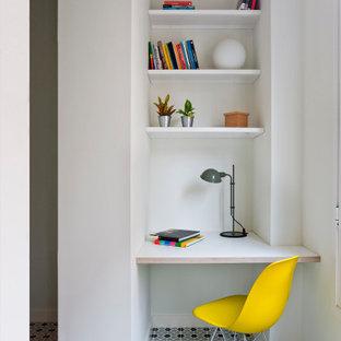 Imagen de despacho actual con paredes blancas, escritorio empotrado y suelo multicolor