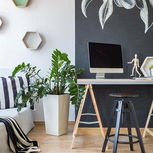 Immagine di un ufficio scandinavo con pareti multicolore, parquet chiaro e scrivania autoportante
