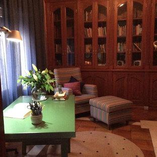バレンシアの小さいトランジショナルスタイルのおしゃれな書斎 (ピンクの壁、暖炉なし、自立型机、茶色い床) の写真