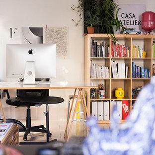 マドリードの大きいエクレクティックスタイルのおしゃれな書斎 (白い壁、磁器タイルの床、暖炉なし、自立型机、ベージュの床) の写真