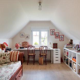 Foto de despacho abovedado, contemporáneo, con paredes beige, suelo de madera en tonos medios, escritorio independiente y suelo marrón