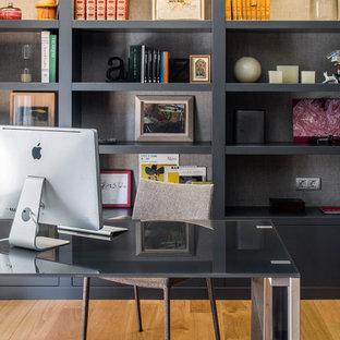 Foto di un ufficio design di medie dimensioni con pavimento in legno massello medio, scrivania autoportante, nessun camino e pareti marroni