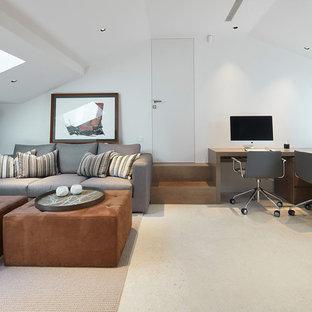 Imagen de despacho actual con paredes blancas, escritorio independiente y suelo beige