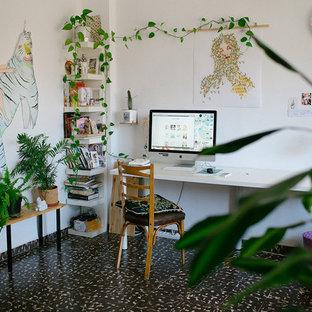 Esempio di un piccolo ufficio tropicale con pareti bianche, pavimento con piastrelle in ceramica e scrivania incassata