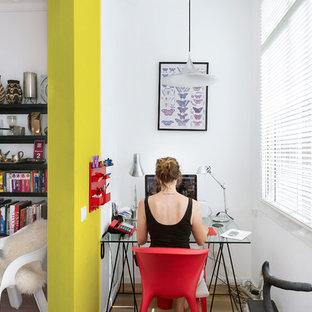 Aménagement d'un petit bureau contemporain de type studio avec un mur blanc, un sol en bois brun, aucune cheminée et un bureau intégré.
