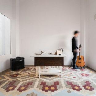 Foto di un piccolo atelier chic con pareti bianche, pavimento con piastrelle in ceramica, scrivania autoportante e pavimento multicolore