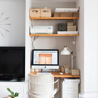 マドリードの小さいトランジショナルスタイルのおしゃれなアトリエ・スタジオ (グレーの壁、無垢フローリング、暖炉なし、造り付け机) の写真