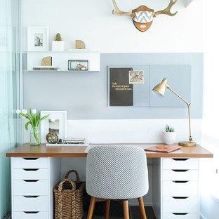 他の地域の小さい北欧スタイルのおしゃれな書斎 (白い壁、セラミックタイルの床、暖炉なし、造り付け机) の写真