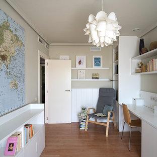 バレンシアの中くらいのコンテンポラリースタイルのおしゃれなアトリエ・スタジオ (ベージュの壁、ラミネートの床、造り付け机) の写真
