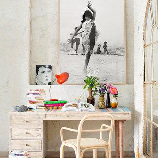 マドリードの小さいエクレクティックスタイルのおしゃれな書斎 (白い壁、暖炉なし、造り付け机、淡色無垢フローリング) の写真