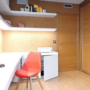 バレンシアの中サイズの地中海スタイルのおしゃれなアトリエ・スタジオ (ラミネートの床、造り付け机) の写真