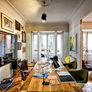 Imagen de despacho ecléctico, de tamaño medio, sin chimenea, con paredes grises, suelo de madera en tonos medios y escritorio independiente