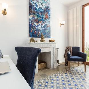 Inspiration pour un bureau bohème de taille moyenne avec un mur blanc, une cheminée standard, un sol en carrelage de céramique, un manteau de cheminée en plâtre et un bureau indépendant.