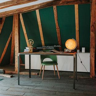 Diseño de despacho ecléctico, de tamaño medio, con paredes verdes, suelo de madera oscura, escritorio independiente y suelo gris