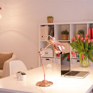 Inspiration pour un bureau nordique de taille moyenne et de type studio avec un mur blanc, aucune cheminée et un bureau indépendant.
