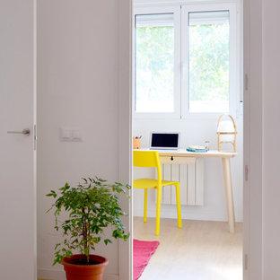 Exemple d'un petit bureau scandinave avec un mur blanc, un sol en bois clair, aucune cheminée et un bureau intégré.