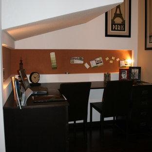 他の地域の小さいコンテンポラリースタイルのおしゃれなアトリエ・スタジオ (白い壁、コルクフローリング、造り付け机、茶色い床) の写真