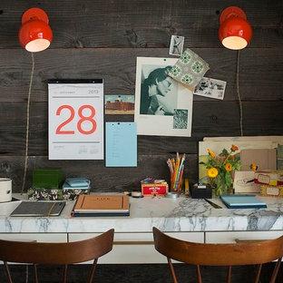 バレンシアの小さいエクレクティックスタイルのおしゃれな書斎 (茶色い壁、暖炉なし、造り付け机) の写真