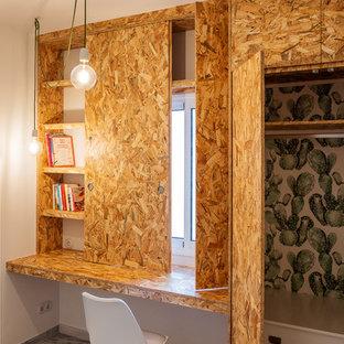 Foto de despacho industrial, pequeño, con escritorio empotrado, paredes blancas y suelo gris