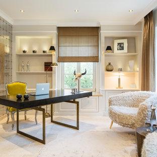 他の地域の中サイズのエクレクティックスタイルのおしゃれな書斎 (白い壁、暖炉なし、自立型机) の写真