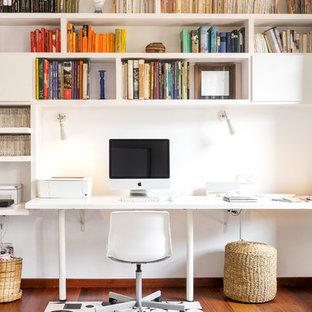Imagen de despacho contemporáneo, sin chimenea, con paredes blancas, suelo de madera oscura, escritorio empotrado y suelo marrón