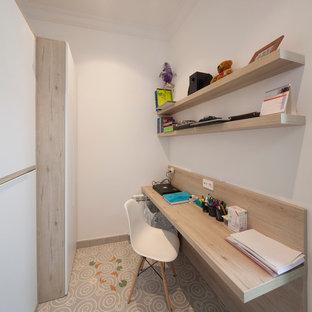 Cette photo montre un petit bureau scandinave avec un mur blanc, un sol en carrelage de céramique, aucune cheminée et un bureau intégré.