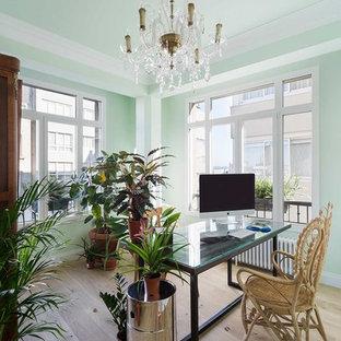 Imagen de despacho tradicional renovado, de tamaño medio, sin chimenea, con paredes verdes, escritorio independiente, suelo beige y suelo de madera clara
