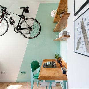 Foto de estudio contemporáneo, pequeño, con paredes verdes, escritorio empotrado, suelo marrón y suelo de madera en tonos medios