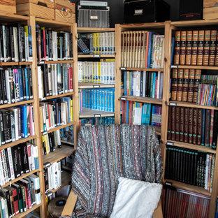 Imagen de despacho madera, urbano, pequeño, madera, sin chimenea, con paredes marrones, suelo de madera clara, escritorio independiente, suelo marrón y madera