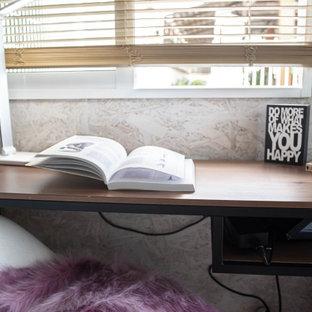 Diseño de despacho madera, industrial, pequeño, madera, sin chimenea, con paredes marrones, suelo de madera clara, escritorio independiente, suelo marrón y madera