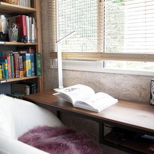 Ejemplo de despacho madera, industrial, pequeño, madera, sin chimenea, con paredes marrones, suelo de madera clara, escritorio independiente, suelo marrón y madera