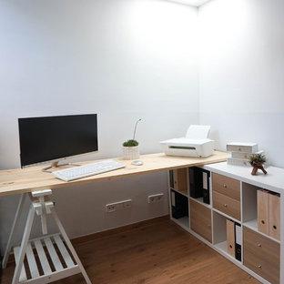 バルセロナの小さい北欧スタイルのおしゃれなアトリエ・スタジオ (白い壁、ラミネートの床、自立型机、ベージュの床) の写真