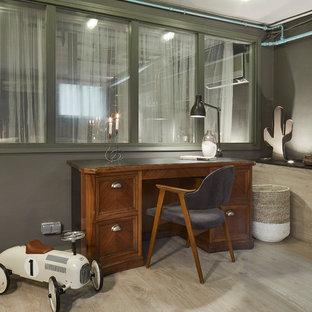 Diseño de despacho industrial con paredes grises, suelo de madera clara, escritorio independiente y suelo beige