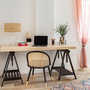 Imagen de despacho tropical con paredes blancas, suelo de madera clara, escritorio independiente y suelo beige