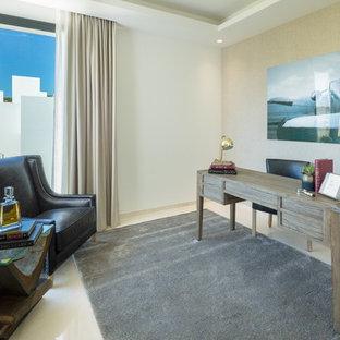 Ejemplo de despacho contemporáneo, de tamaño medio, con paredes beige, escritorio independiente y suelo beige