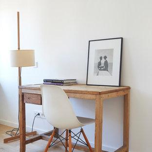 Idées déco pour un petit bureau scandinave avec un mur blanc, un sol en bois brun et un bureau indépendant.