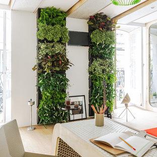Modelo de despacho actual, pequeño, sin chimenea, con paredes blancas, escritorio independiente y suelo de madera clara