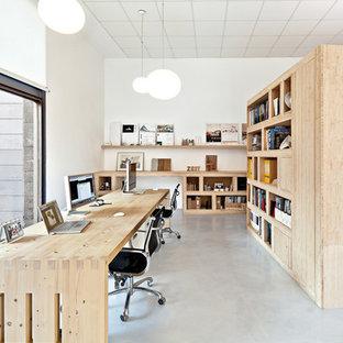 Exemple d'un grand bureau scandinave avec un mur blanc, béton au sol, aucune cheminée et un bureau indépendant.