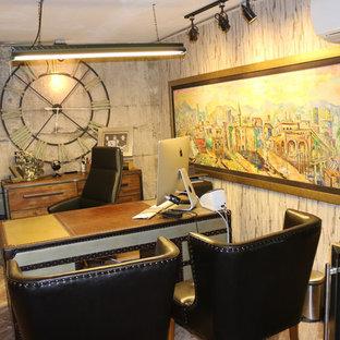 他の地域の広いインダストリアルスタイルのおしゃれな書斎 (グレーの壁、ラミネートの床、自立型机、グレーの床) の写真