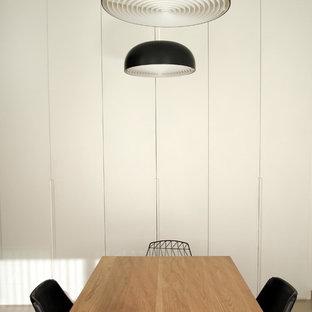 Idee per uno studio minimalista con pareti bianche, pavimento con piastrelle in ceramica e pavimento beige