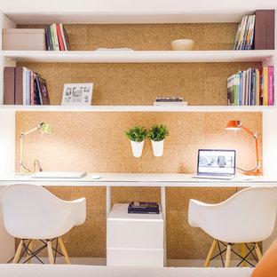 Свежая идея для дизайна: маленькое рабочее место в скандинавском стиле с коричневыми стенами, встроенным рабочим столом и светлым паркетным полом без камина - отличное фото интерьера