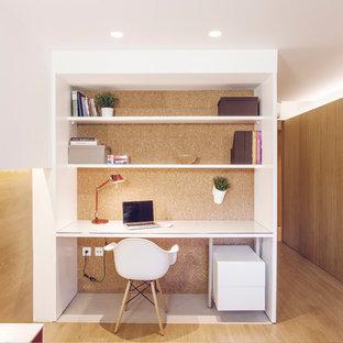 Cette image montre un petit bureau nordique avec un mur multicolore, un sol en bois brun, aucune cheminée et un bureau intégré.